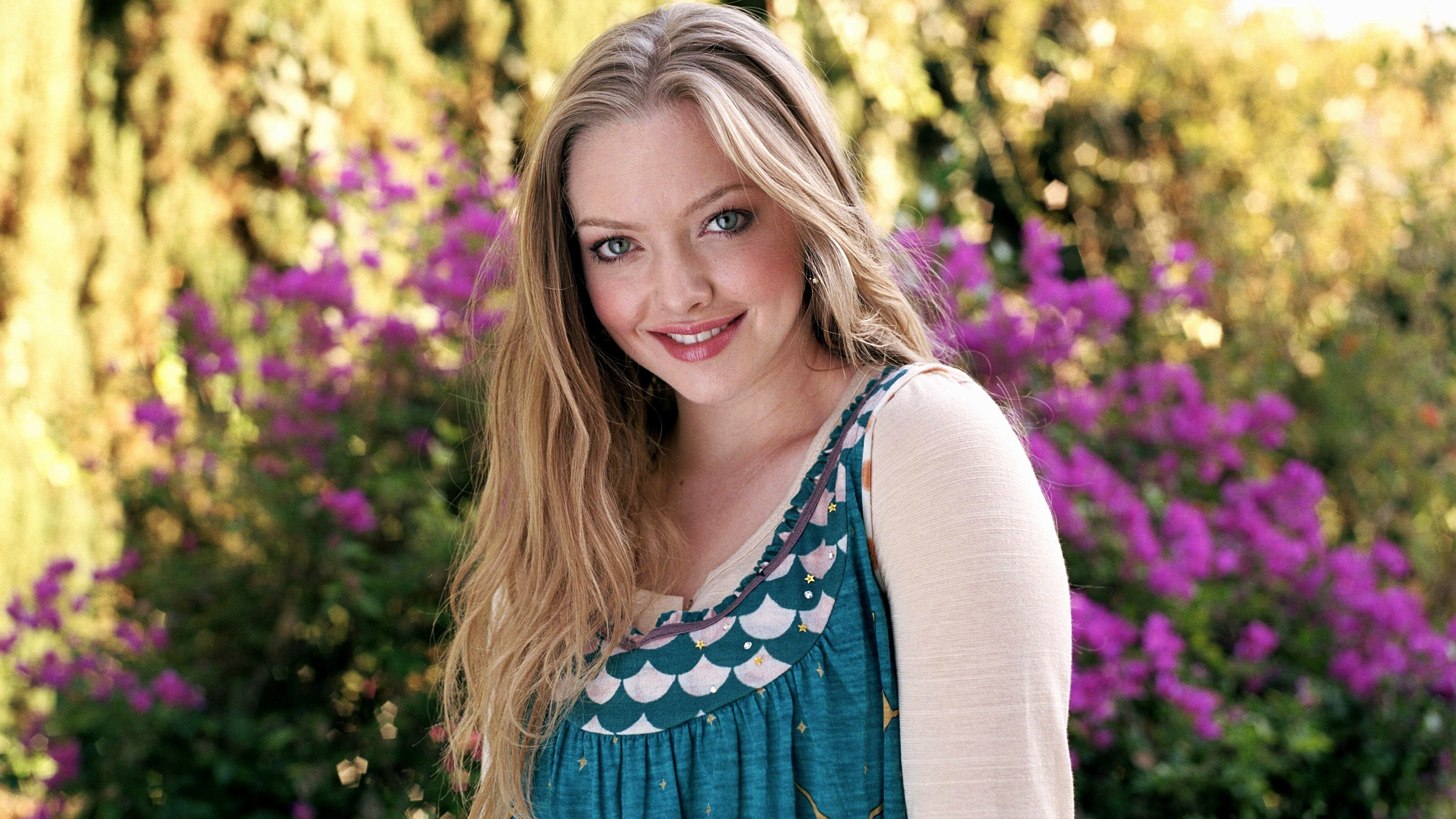 Hollywood Actress Amanda Seyfried wallpaper
