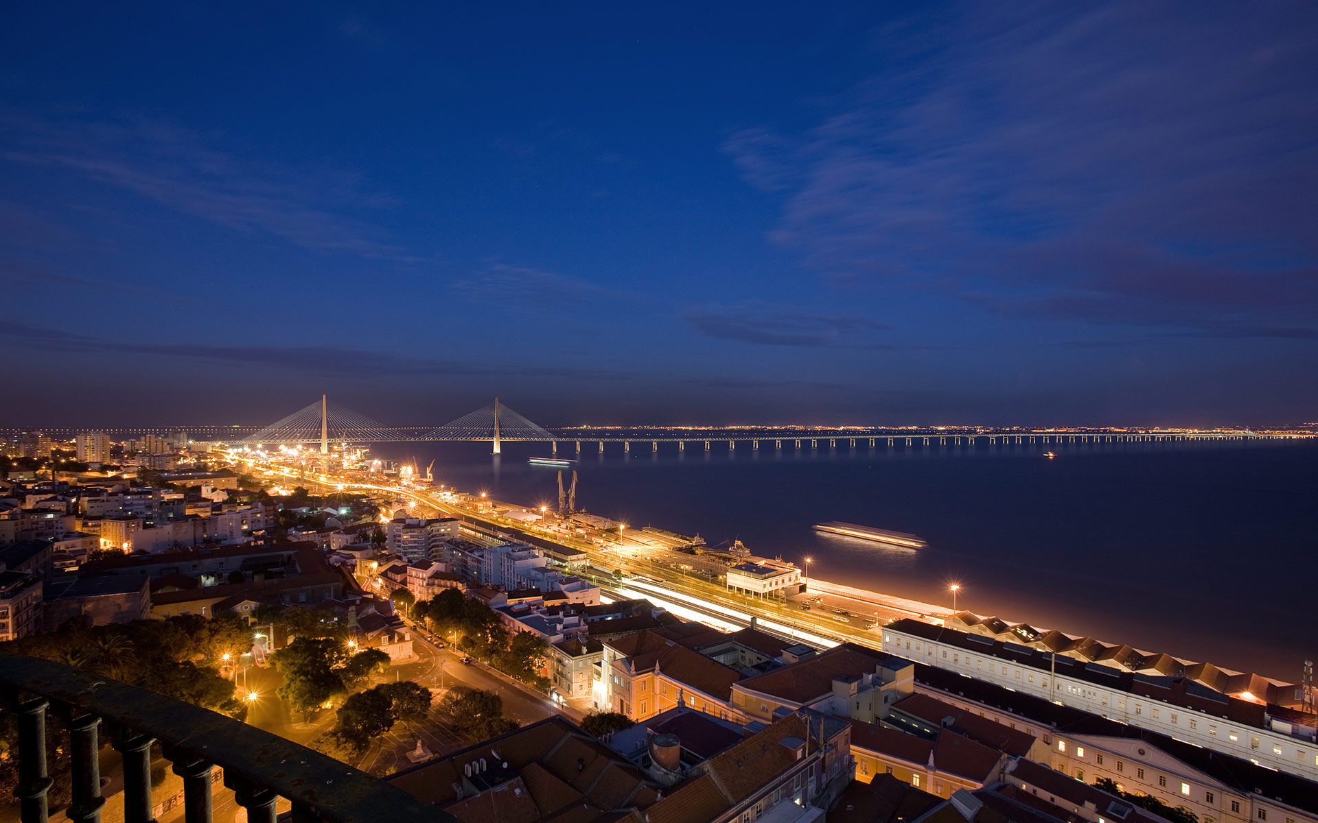 Nocturna New Lisbon Bridge wallpaper